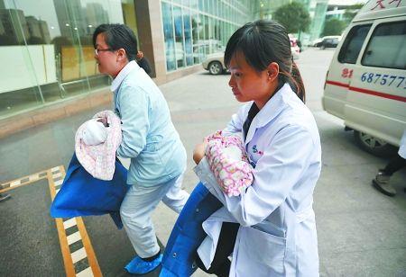 医护人员抱着孩子转送到大坪医院儿科观察治疗 本组图片记者 张路桥 摄