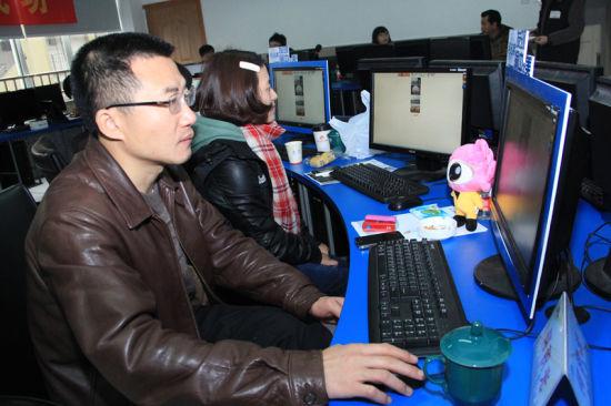 渝中区委宣传部部长何继光对作品进行打分。