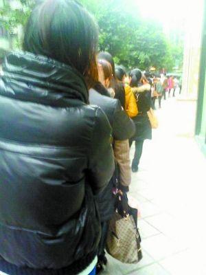 等电梯的人排起长队。(网友供图)