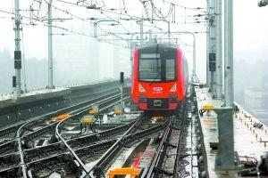 不载客试运行的地铁列车开到了大学城车站。