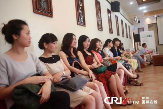 """对重庆美女而言,单身亿万富豪的魅力有多大?12月16日,在重庆国际会展中心附近一会所,展开了一场""""特殊的海选"""",选的不是明日之星,而是未来的富豪太太。据了解,报名的重庆美女达510人,现场参加的有232人,其中老师最多,占总人数的20%。图为在活动现场拍摄的部分应征女宾(资料图)。"""