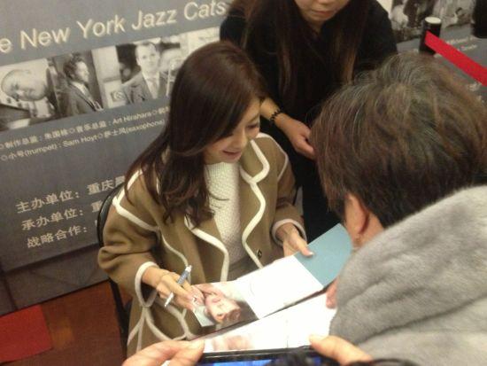 演唱会后胡琳举办签售活动