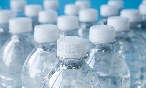 十个夺命的喝水坏习惯;; 汽车里放瓶矿泉水图片