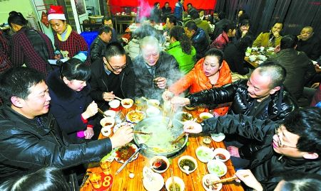昨日,沙坪坝区杨梨路,羊肉餐馆中坐满了吃羊肉的市民。 记者 吴珊 摄