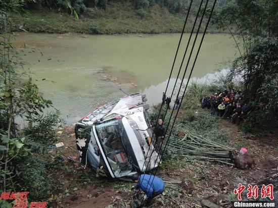 重庆客车在四川泸州侧翻坠河