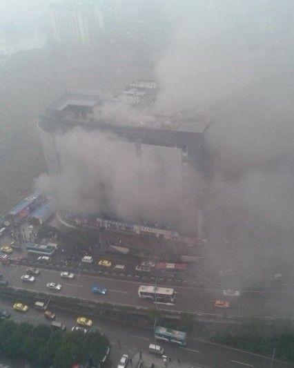 石桥铺国际商业大厦仓库杂物起火 已扑灭无伤亡