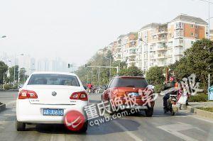 南滨路融侨半岛红绿灯处,仍有司机不按规定车道行驶,右转道直行。