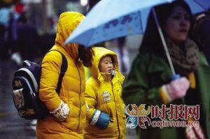 杨家坪步行街,天气变冷,一位小朋友的小脸蛋被冻得红扑扑的
