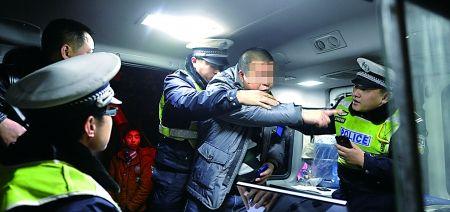 昨日,渝北,一名未系安全带被处罚的驾驶员拒绝在罚单上签字。首席记者 钟志兵 摄