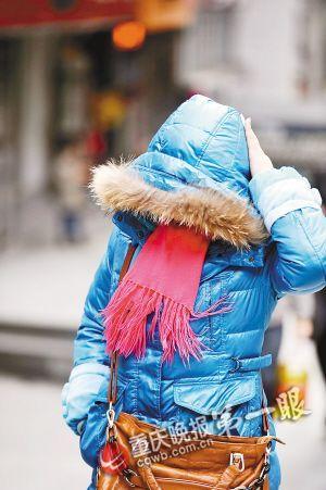 天气太冷,市民不得不把自己裹得严严实实的
