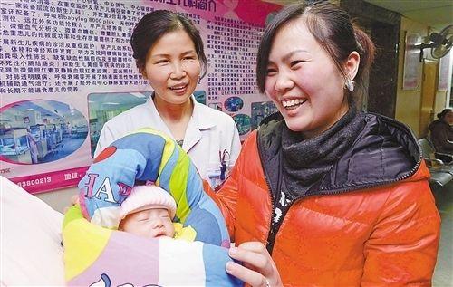 1月7日,市妇幼保健院,赵倩高兴地抱着孩子。 记者 崔力 实习生谢智强 摄