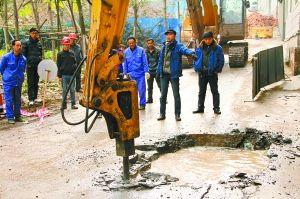 市政工作人员正在抢修爆裂的水管。