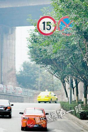 昨日下午,煌华支路,虽然限速15公里,但多数车都超过这个速度。