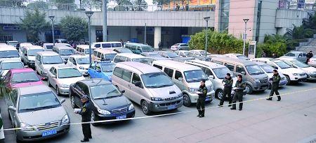交通行政执法人员正查看近期查获的黑车 记者 龙在全 摄