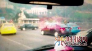 福瑞迪加大油门撞上了前方的一辆桑塔纳(截屏) F5