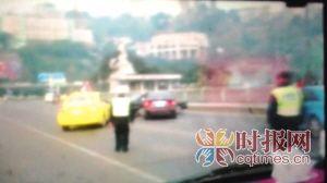 桑塔纳和出租车始终堵住福瑞迪的去路(截屏) F5