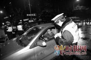 渝中区两路口,交巡警检查驾驶人员证件牌照