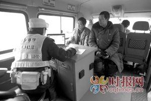 交巡警在移动平台车里为市民处理事务