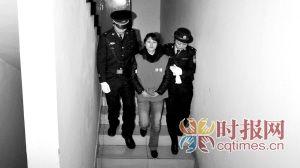 ▲昨日,沙区法院,庭审结束后张贵英被警员押解走专用通道离开法院   摄影 胡健 张琰