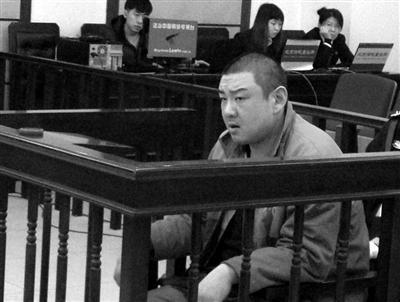 昨日,涉嫌诈骗养父的男子王樑在大兴法院受审。新京报记者 张媛 摄
