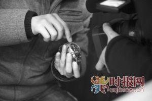民警展示在向氏兄弟公司查获的秘拍手表