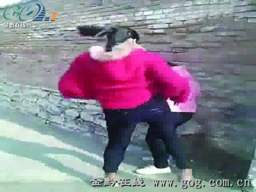 初中女生被同学逼到墙角暴打 几十人围观起哄