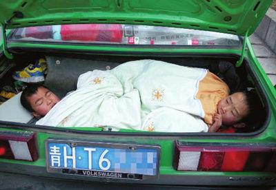 两个9 岁的孩子躺在后备箱里,幸好交警及时发现