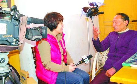 75岁的秦光春在接受央视记者采访