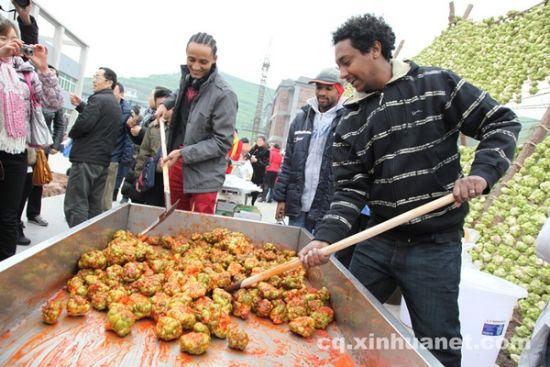 来自国外的游客在现场体验榨菜的腌制