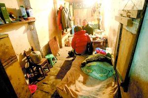 张红专已在这幢老屋生活了几十年。本组图/重庆晨报记者 甘侠义 实习生 雷键 摄