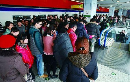 昨日早高峰时段牛角沱轨道交通站的下行扶梯口,市民排起了长龙。