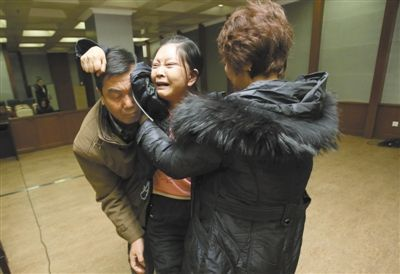 昨日,被害女歌手丽丽的母亲在庭审后悲痛难当,要追打嫌疑人,家人将其搀扶出法庭