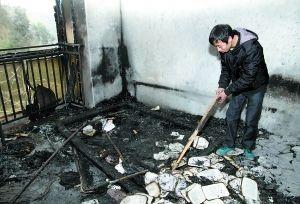 昨日,白先生查看卧室的损失情况。 重庆晨报见习记者 苑铁力 摄