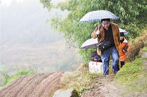 山路陡峭湿滑,记者一行艰难前行