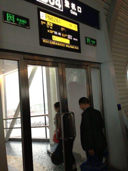 飞机晚点,几名乘客砸了重庆机场b04号登机口的玻璃门