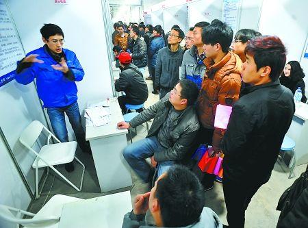 昨日,汇博人才市场,一汽车配件生产企业的招聘人员在招聘技术工人。 记者 李化 实习生 柳青 摄