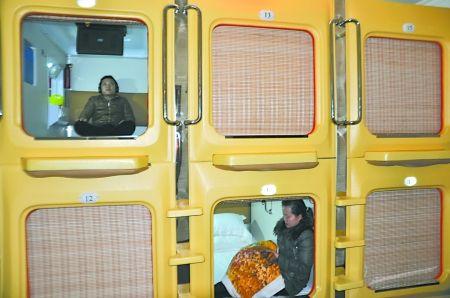 旅客住在胶囊公寓的太空舱中互不干扰 记者 蒋雨龙 摄