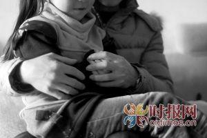 高新区石桥铺,赵先生紧紧握着女儿玲玲的双手,女儿的奇怪想法弄得他心神不宁