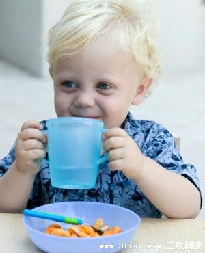 小男孩喝水头像