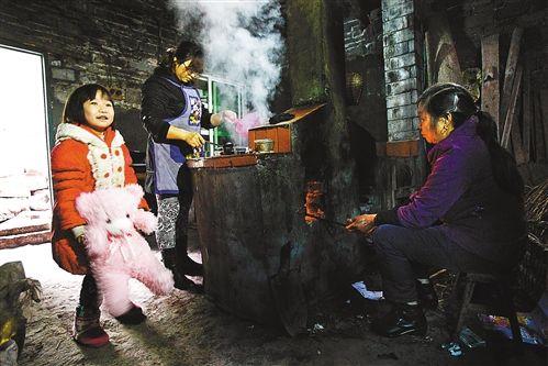 2月24日,妈妈和外婆在煮汤圆,小溪谣在一旁玩耍。