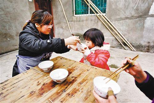 2月24日,妈妈在喂小溪谣吃汤圆。