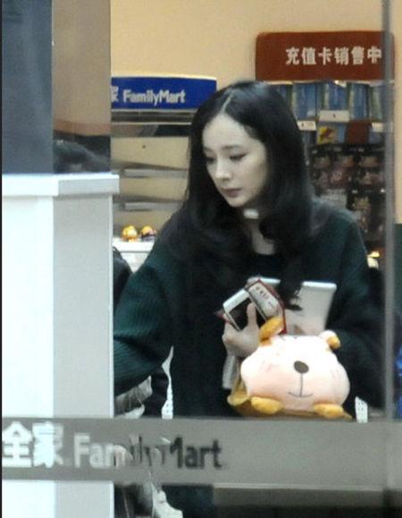 杨幂现身小超市买东西