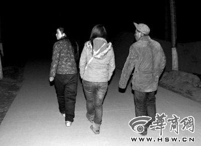 25日晚9时30分,在记者的劝说下,张柔(左一)和父亲一同走出家门 。