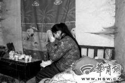 张柔总是一个人静静地坐在床上,不愿和人说话。