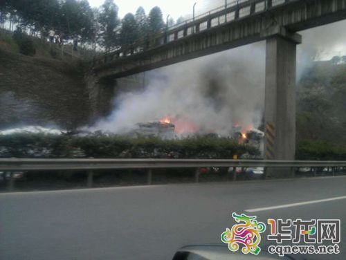 今早,渝宜高速洛碛至箭沱湾段进城方向,一拖挂车起火致两车道封闭。