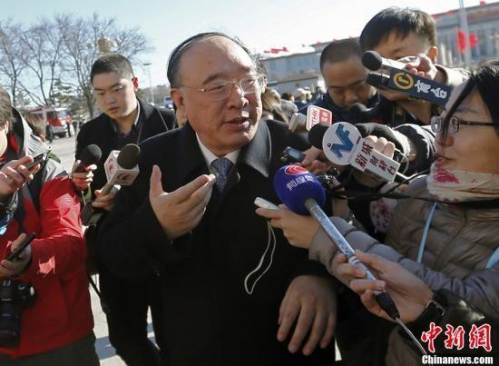 3月4日上午,十二届全国人大一次会议预备会议在北京人民大会堂举行。全国人大代表、重庆市市长黄奇帆进入会场前回答记者提问,他表示欢迎记者到重庆来看看。