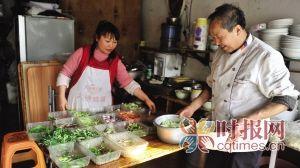江北区儿童公园北门,该店面的老板李德洋和老婆正在准备配菜