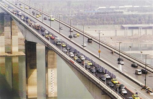 3月7日,车辆在黄花园大桥上排队通行。当日,该桥进城方向半幅车道提前完成整修。