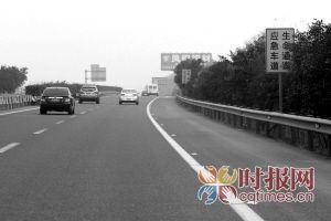 高速路执法队员提醒驾驶员如遇车祸应立即拨打122