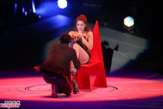A-Lin台湾开个唱 遭男舞者现场扒裤